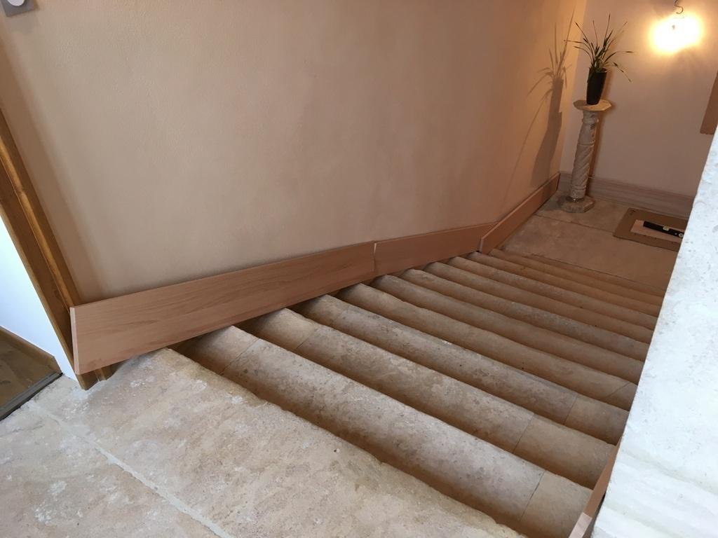 Comment Fabriquer Des Plinthes En Bois pas à pas] pose d'une plinthe en chêne dans un escalier en