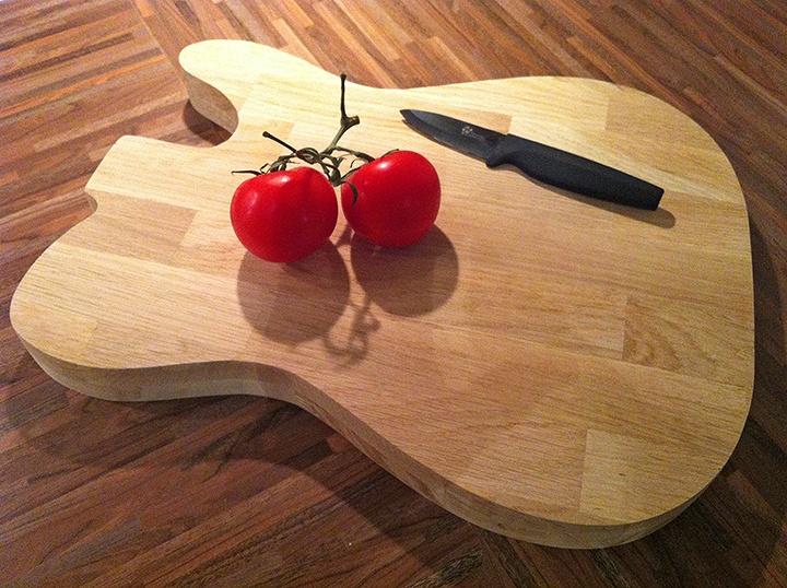 Planche à découper en forme de guitare électrique par ...
