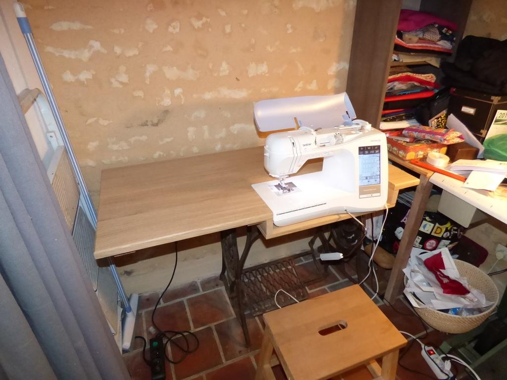 table pour machine coudre par wil sur l 39 air du bois. Black Bedroom Furniture Sets. Home Design Ideas