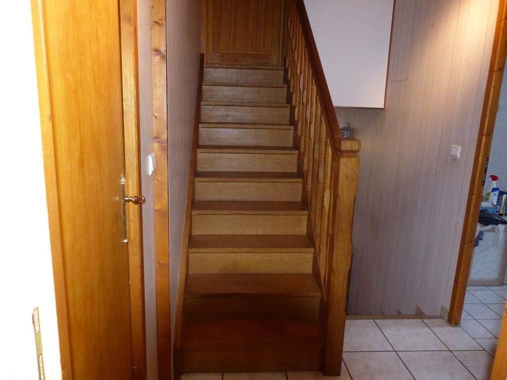 petit escalier droit de demi niveau par sylvainlefrancomtois sur l 39 air du bois. Black Bedroom Furniture Sets. Home Design Ideas