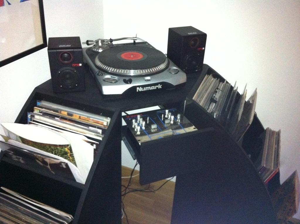 meuble d 39 angle pour platine et ses vinyles par mikabois sur l 39 air du bois. Black Bedroom Furniture Sets. Home Design Ideas
