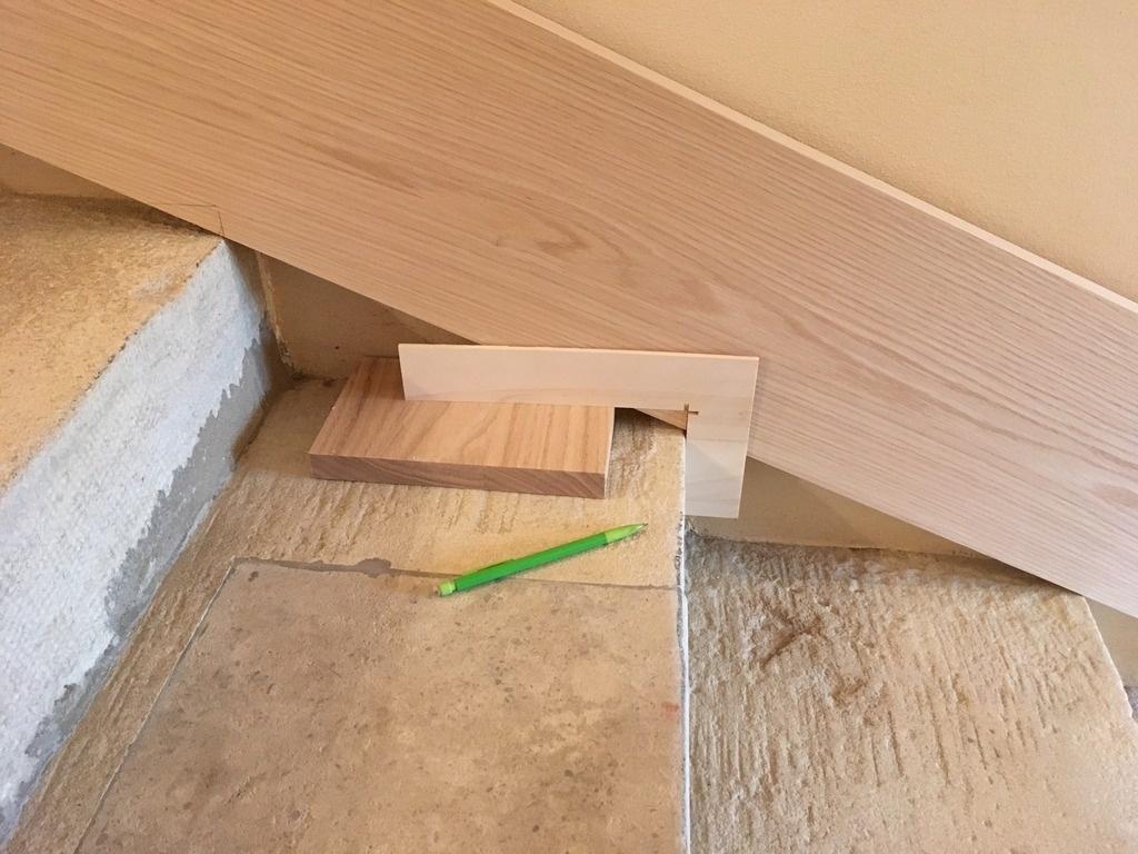 Poser Des Plinthes Bois pas à pas] pose d'une plinthe en chêne dans un escalier en