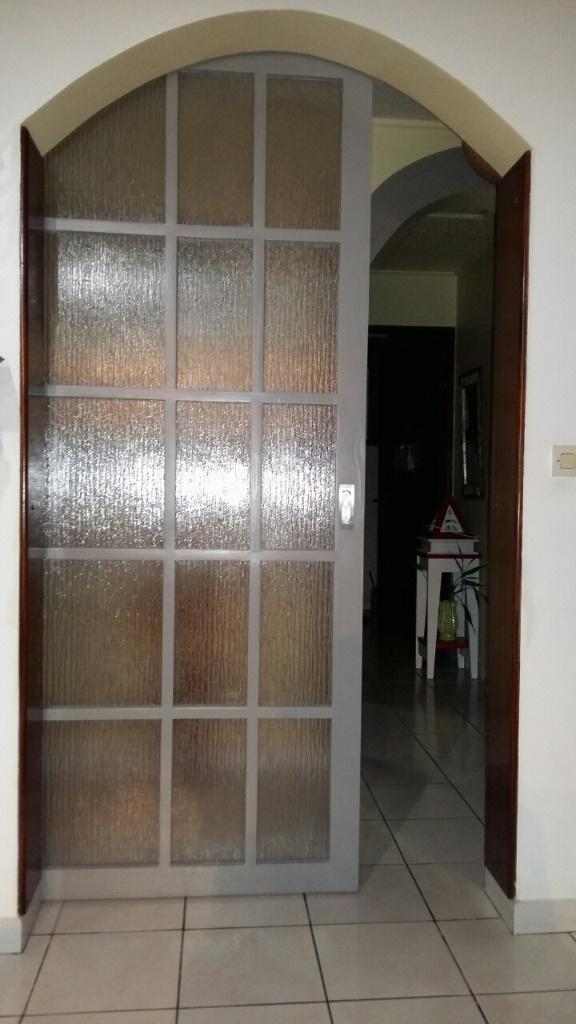 Pas pas porte coulissante style cloison japonaise par for Porte interieur a petit carreaux