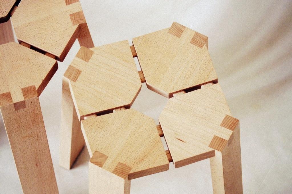 petit tabouret aux pieds flottants par boris beaulant sur l 39 air du bois. Black Bedroom Furniture Sets. Home Design Ideas