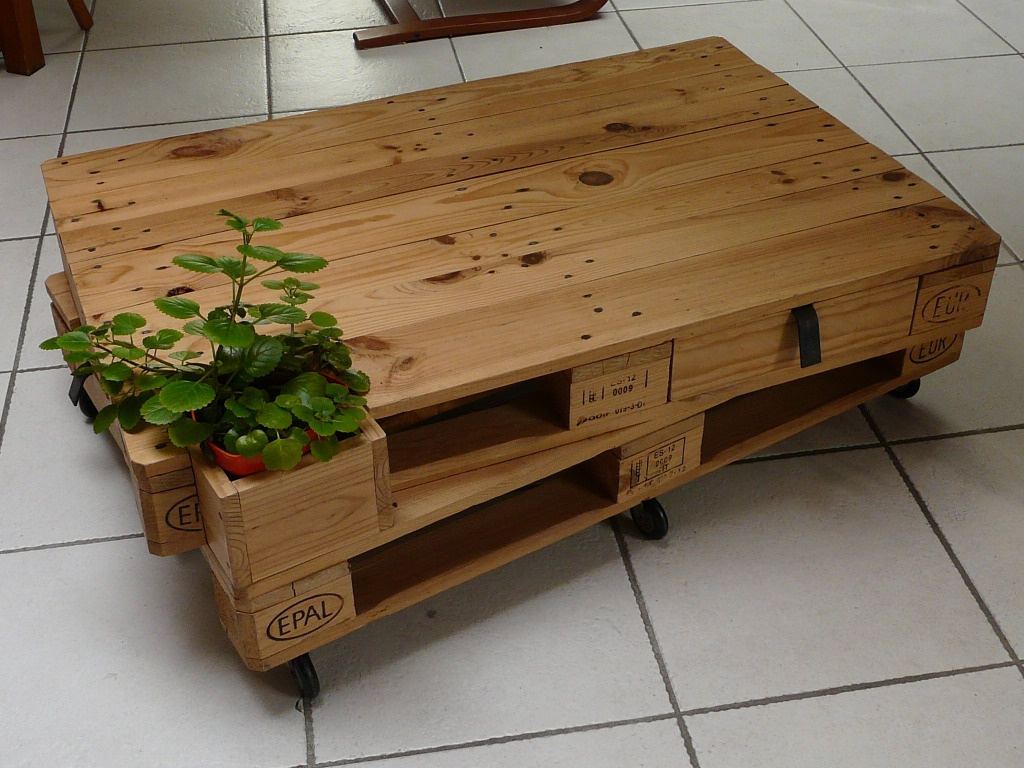 Table basse palettes sur roulettes par julpec sur l 39 air du - Table de salon palette ...