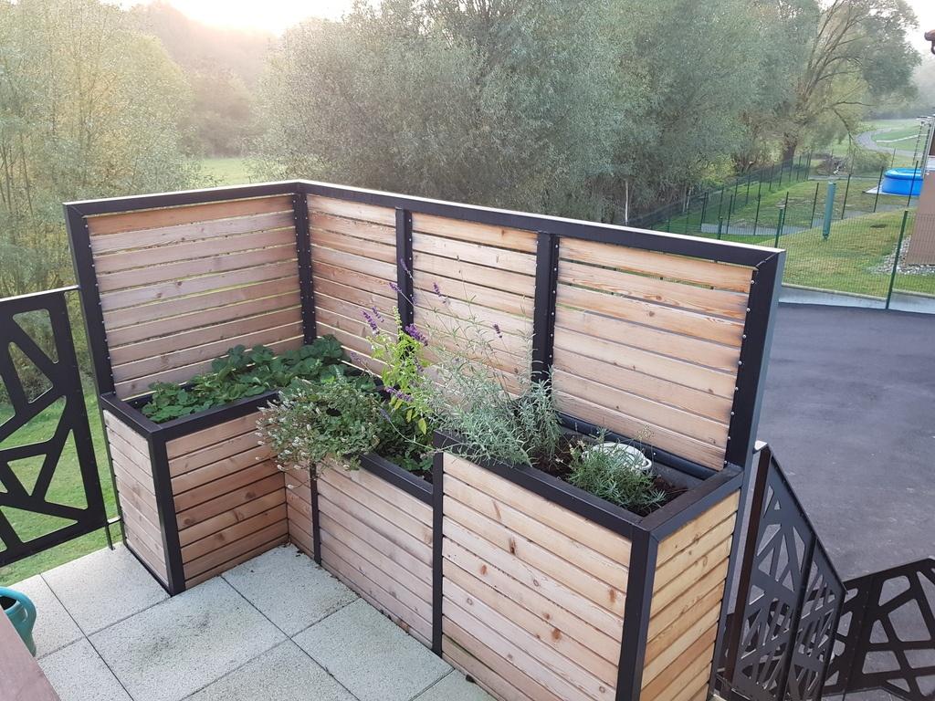 brise vue terrasse avec jardini res int gr es par. Black Bedroom Furniture Sets. Home Design Ideas