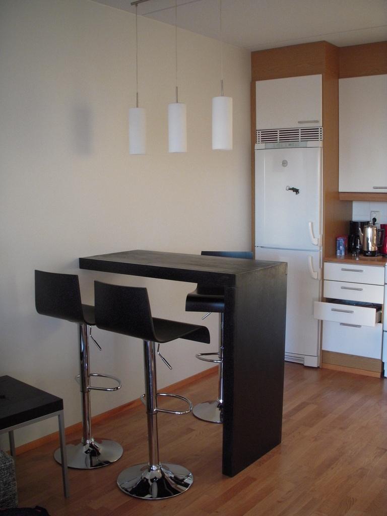 Table de bar dans un petit studio par philippe gelard sur l 39 air du bois - Table de cuisine fixee au mur ...