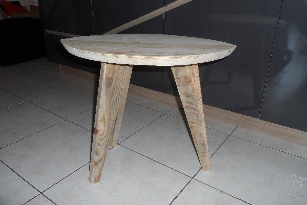 table d 39 appoint 3 pieds par builtdestroy sur l 39 air du bois. Black Bedroom Furniture Sets. Home Design Ideas