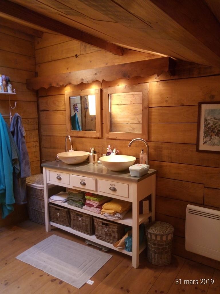 Salle de bain bois et travertin par JCArdechois sur L\'Air du Bois