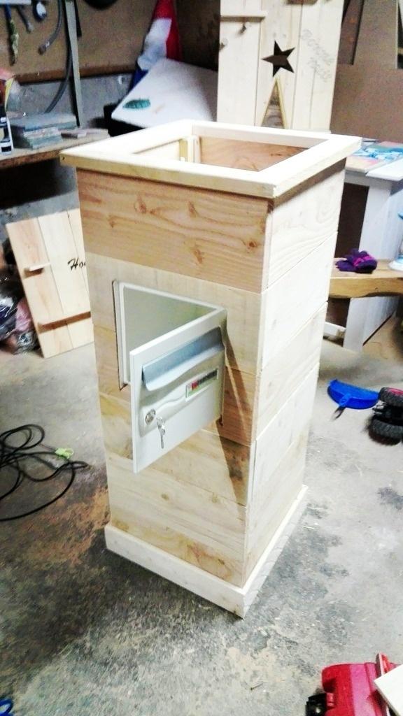 bac de fleurs plantes avec une boite lettre integree par. Black Bedroom Furniture Sets. Home Design Ideas