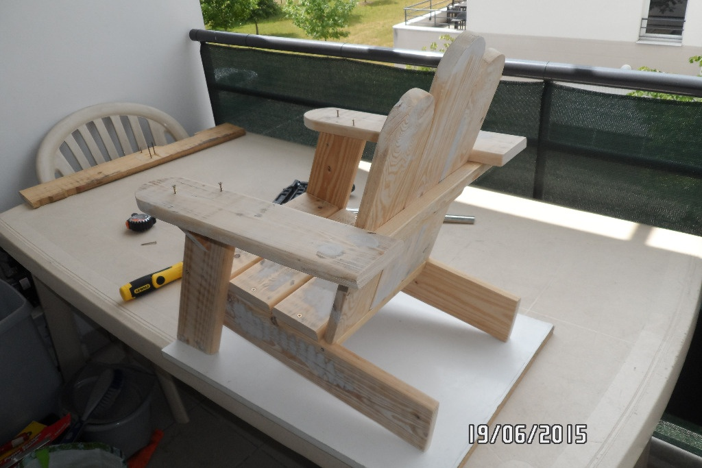 Premi re chaise enfant en palette par builtdestroy sur l for Plan de chaise en bois gratuit