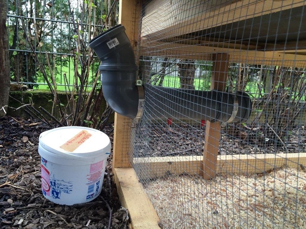 Maison des galinettes par naze63 sur l 39 air du bois for Abreuvoir poule maison