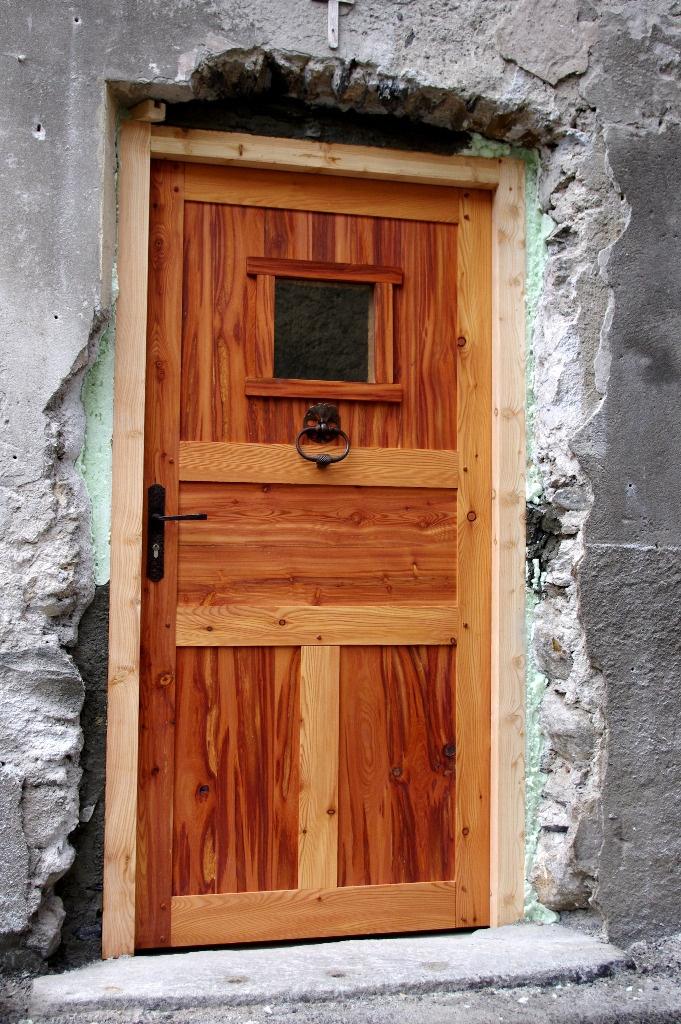 Porte d 39 entr e d 39 une vieille maison en m l ze par marc73 for Maison meleze