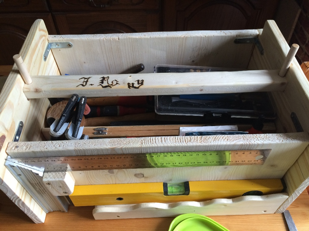 9d62465ad152 Donc voilà , je vous présente ma nouvelle boite à outil de menuiserie ...  l ancienne était un peu juste au niveau place ,et comme je suis en train de  monter ...