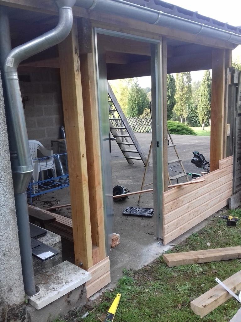auvent avec une terrasse sur le toit par riquet18x4 sur l 39 air du bois. Black Bedroom Furniture Sets. Home Design Ideas