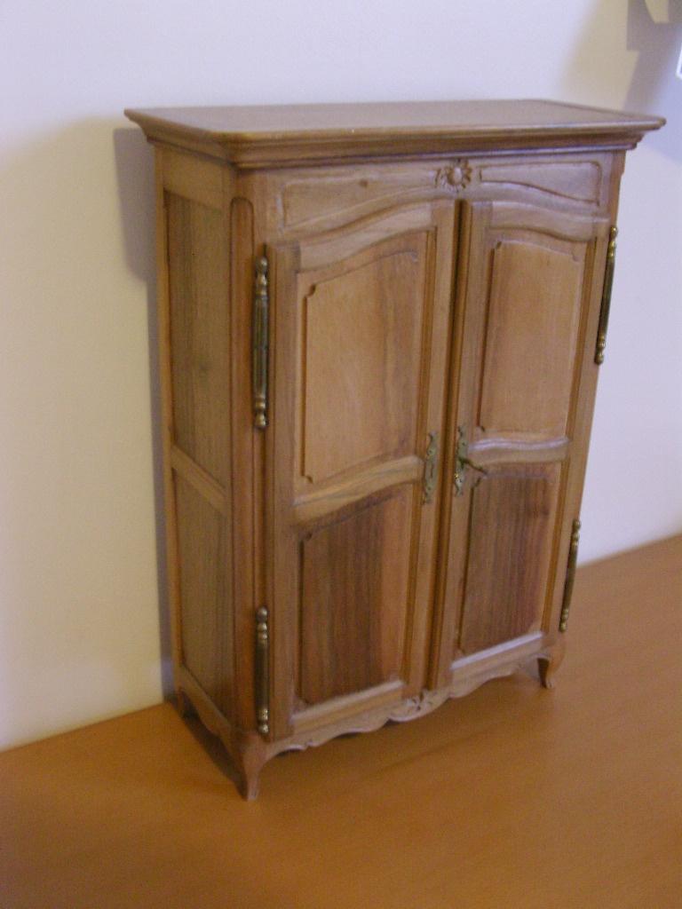 armoire de poup e par foal sur l 39 air du bois. Black Bedroom Furniture Sets. Home Design Ideas