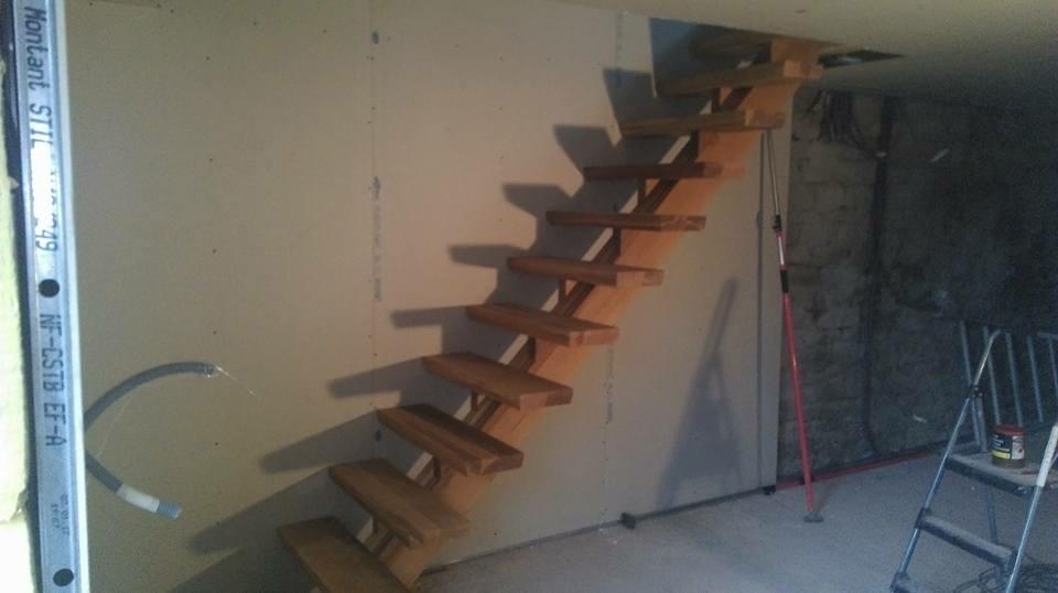 Escalier droit a limon central en chêne rouge . par L\'Atelier ...