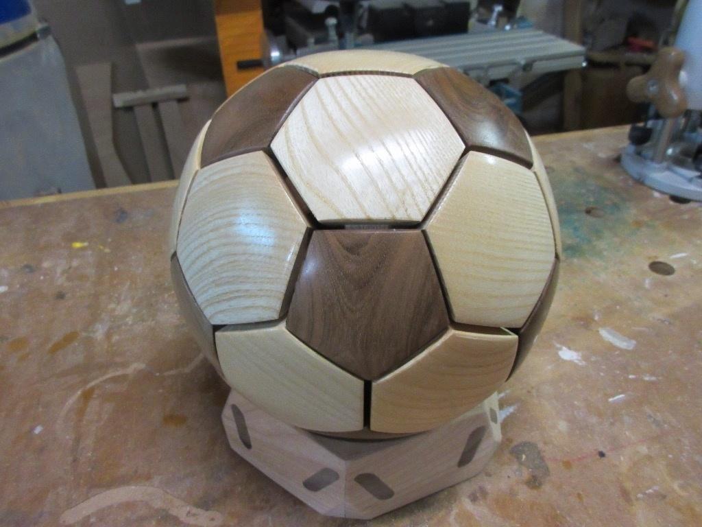 pas pas ballon de foot par cereus45 sur l 39 air du bois. Black Bedroom Furniture Sets. Home Design Ideas