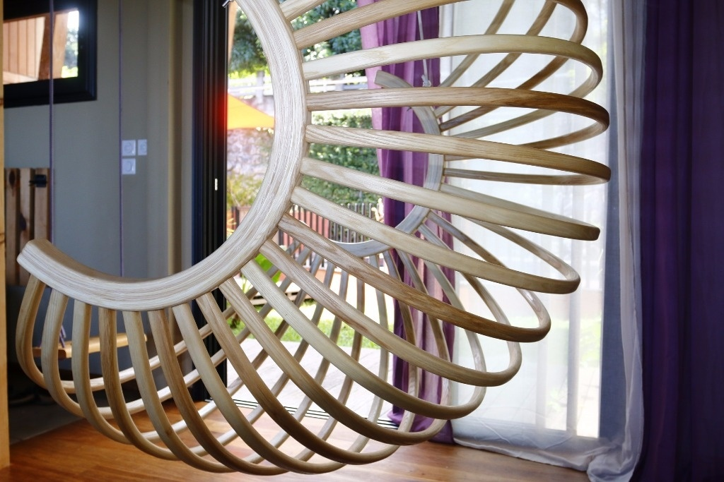 Un fauteuil boule suspendu par Toutenbois sur L'Air du Bois