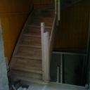 debout au fond dans l'escalier, le plancher provisoire