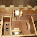 Le poste de commande avec timons et levier et trappe de chargement de billes
