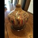 Vase tourné avec des crayons de couleur.