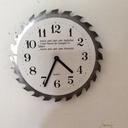 Une lame de scie circulaire qui donne l'heure