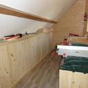 Les placards sous les rampants, vue dans la largeur de la pièce.