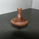 Toupie en rotation : équilibre parfait !
