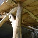 Kerport, auvent, en charpente ancestrale en chataignier des cevennes partiellement récupéré