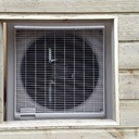 Dissimuler une pompe à chaleur et les poubelles