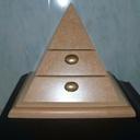 Boîte à bijoux en forme de pyramide