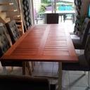 Une table de salon avec de la récuperation