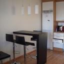 Table de bar dans un petit studio