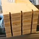 Les planches de l'étagères réalisées avec défonceuce + gabarit