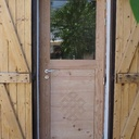 Une étroite porte en mélèze