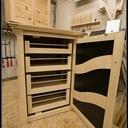 Une petite armoire en bois et plastique