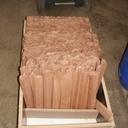 Les lames (au début j'ai pris un bloc de bois le plus LARGE possible et de la longeur de mes lames (plus surcote) et j'ai toupiller ce plateau en bois de bout. Puis j'ai débité mon plateau avec la scie circulaire (en inclinant la lame a 45°)