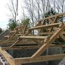 Toutes les fermes sont posées, reste à poser les pannes entre les modules et faire le resserrage des maçonneries.