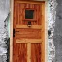 Porte d'entrée d'une vieille maison en mélèze