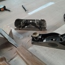 Deux outils indispensables : le Stanley 79 pour faciliter l'insertion des panneaux avec mise à mollet dans la rainure des montants et traverses, ainsi que le rabot 60 1/2 à recaler. Son angle à 12° permet d'agir en bois de bout !!!