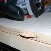 des faux-tenons en bois pour jointer les 2 planches du panneau