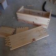 Un tiroir monté, l'autre démonté. On aperçoit les rainures qui vont me permettre de créer des séparations dans les tiroirs