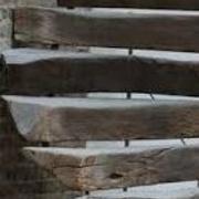Marches d escalier en poutres équarries et taillées en rampant dessous