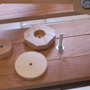 Essais de découpe des roues au pantographe pour défonceuse - Système de fixation de la pièce