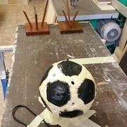 1 ère couche de peinture noir et ce que l'on voie en arrière plan ce sont 2 support 1 ballon foot et 1 ballon de rugby