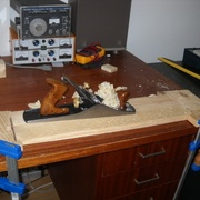 Fabrication de butées sur mesure pour maintenir la planche pendant le dégau.