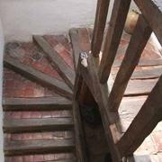 Escalier ancien issu des charpentiers de petite cognée à base de bois équarris et potelets