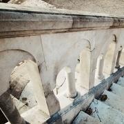 rampe à piliers en pierre de taille