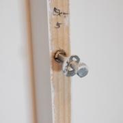 On fixe les barreaux aux têtes de lit part des inserts M8